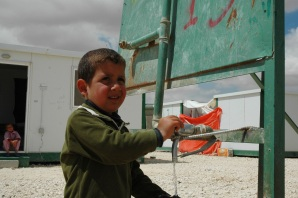 syrian-refugee-kid-water-point